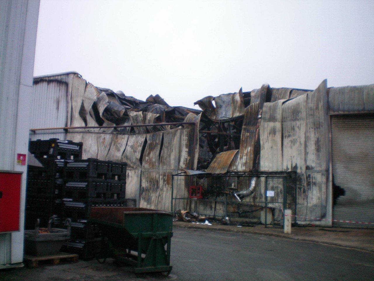 Incendie d'un bâtiment industriel.