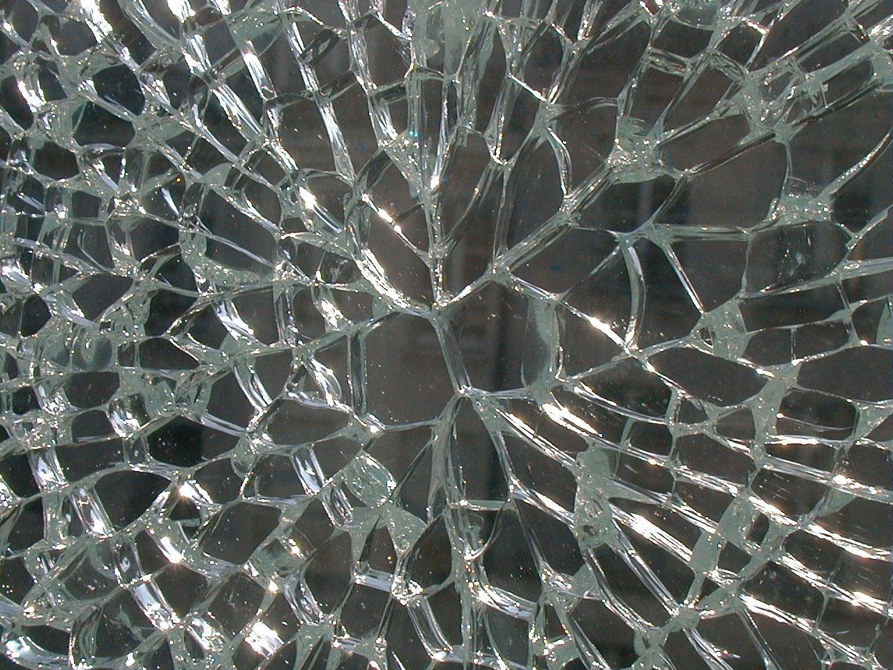 Casse spontanée d'un vitrage trempé due à une inclusion de sulfure de nickel.