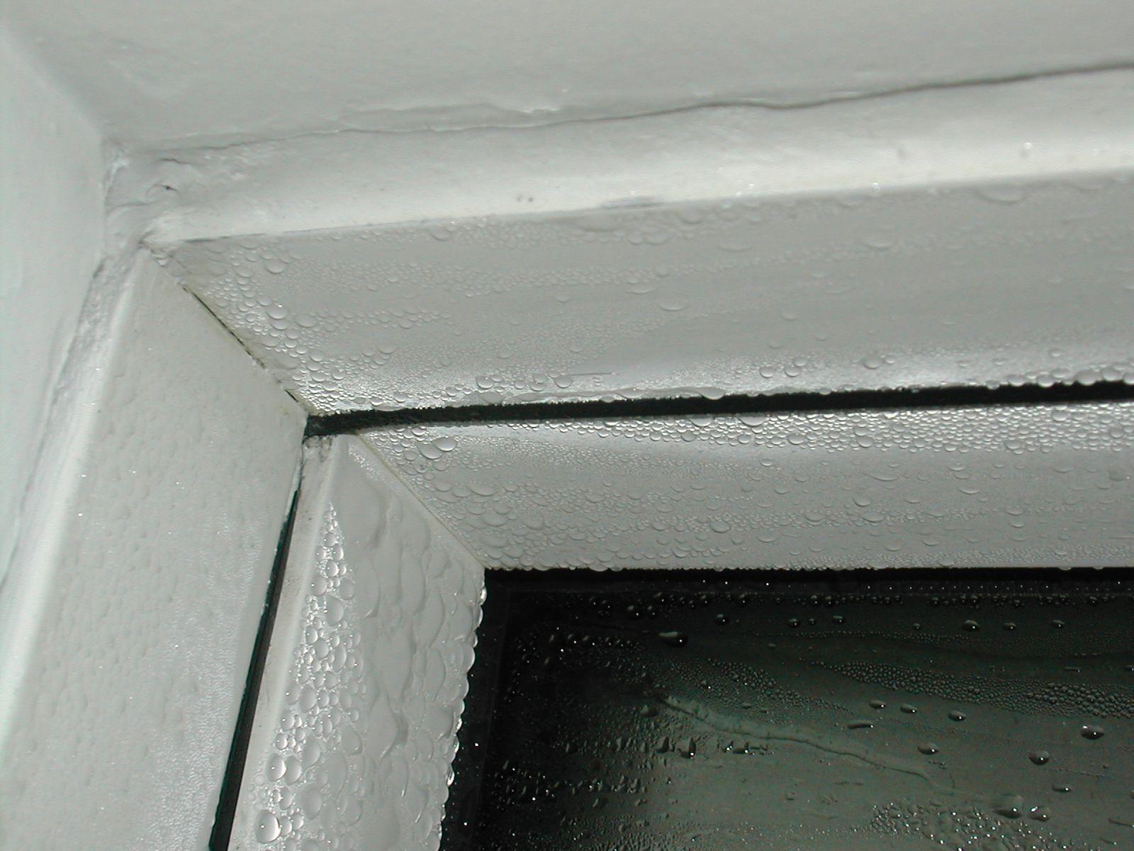 Hyper-condensations sur une menuiserie extérieure en aluminium.