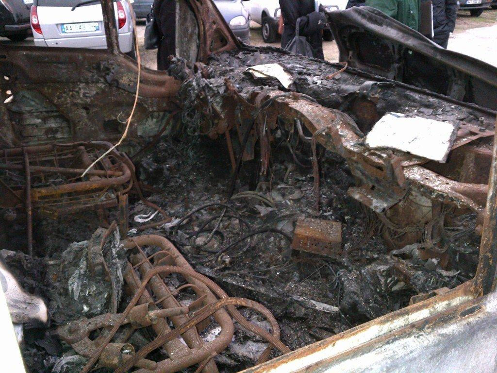 Incendie suite à l'explosion du matériel contenu dans un véhicule.