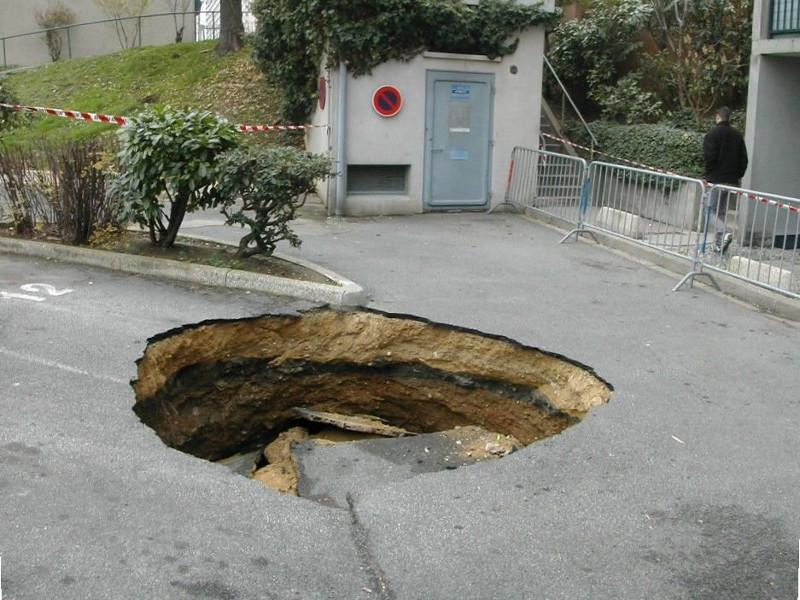 Fontis consécutif à un effondrement de carrière souterraine.